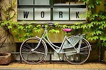Birgit kommt mit dem Fahrrad.