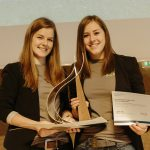 Gewinnerinnen-BTV-Marketing-Trophy  Elisabeth Wieser (links) und Hanna Schertler bei der Verleihung der BTV Marketing Trophy 2017.  Copyright: BTV. Fotograf: Thomas Schrott. Abdruck honorarfrei zur Berichterstattung über die BTV Marketing Trophy und Wollwohl. Angabe des Bildnachweises ist Voraussetzung.