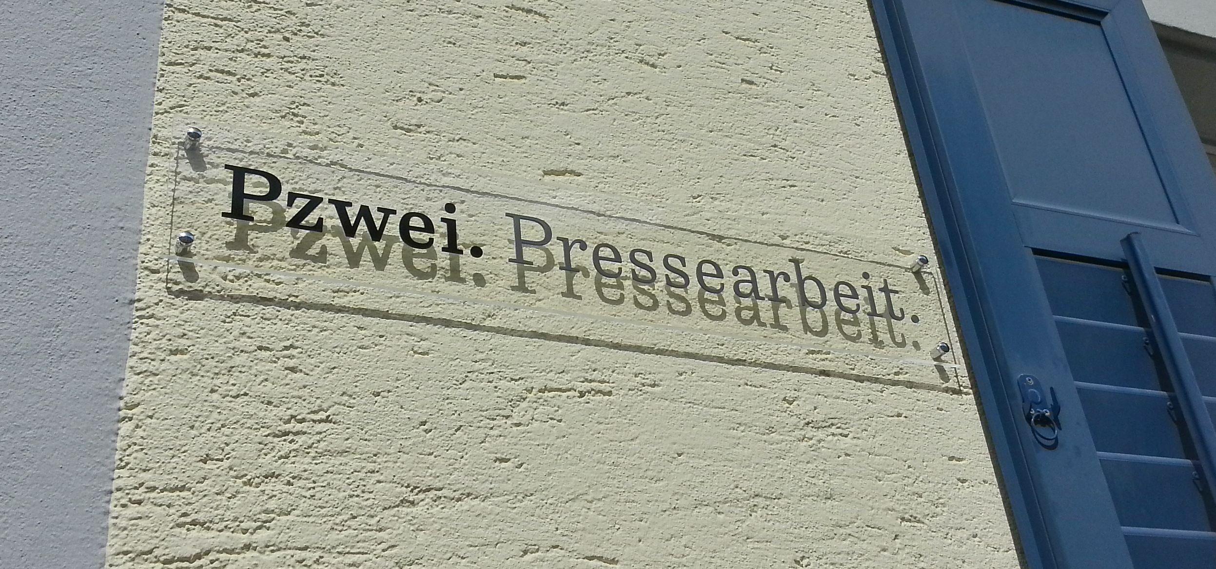 Firmenschild Pzwei. Pressearbeit.