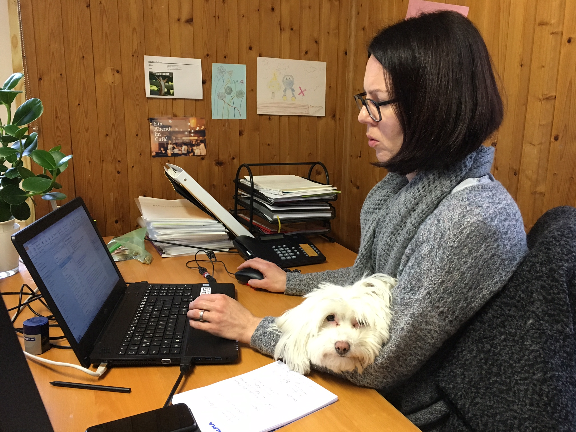Mit Paula auf dem Schoß geht die Arbeit leichter von der Hand.