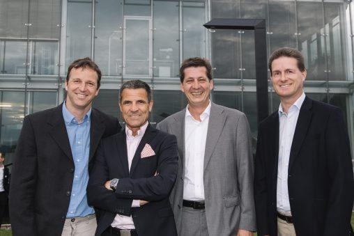 LEDON-Management und Werner Schuster vor der Lediva-Leuchte