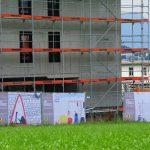 """i+R-Seedomizil-Bauzaun-2.jpg  Kräne, Bagger, Mischmaschinen: Lochauer Volksschüler erhielten vom Bauunternehmen i+R den """"Großauftrag"""", den Bauzaun um das Wohnbauprojekt """"Mein Seedomizil"""" am ehemaligen Rupp-Areal zu verschönern.  Copyright: i+R Wohnbau/Alexandra Serra, Abdruck honorarfrei zur Berichterstattung über das Projekt """"Mein Seedomizil Lochau"""". Angabe des Bildnachweises ist Voraussetzung."""