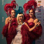 AdWin 2017: Moderatorin mit Tänzerinnen  Moderatorin Heike Montiperle mit zwei Burlesque-Tänzerinnen.  Copyright: Michael Nussbaumer. Abdruck honorarfrei zur Berichterstattung über den AdWin 2017. Angabe des Bildnachweises ist Voraussetzung.