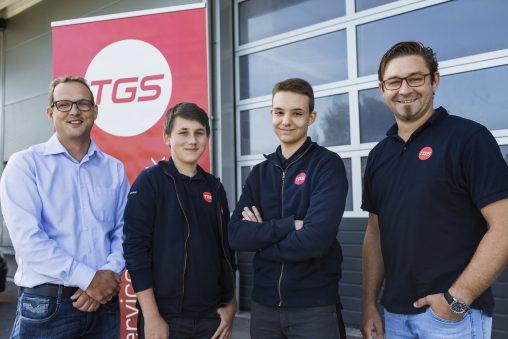 neue TGS-Lehrlinge mit Geschäftsführer und Ausbildner