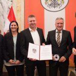 Wirtschaftsminister Harald Mahrer und das Team von 1zu1 Prototypen