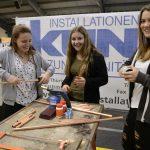 Mädchen bei der Lehrlingsmesse im Walgau