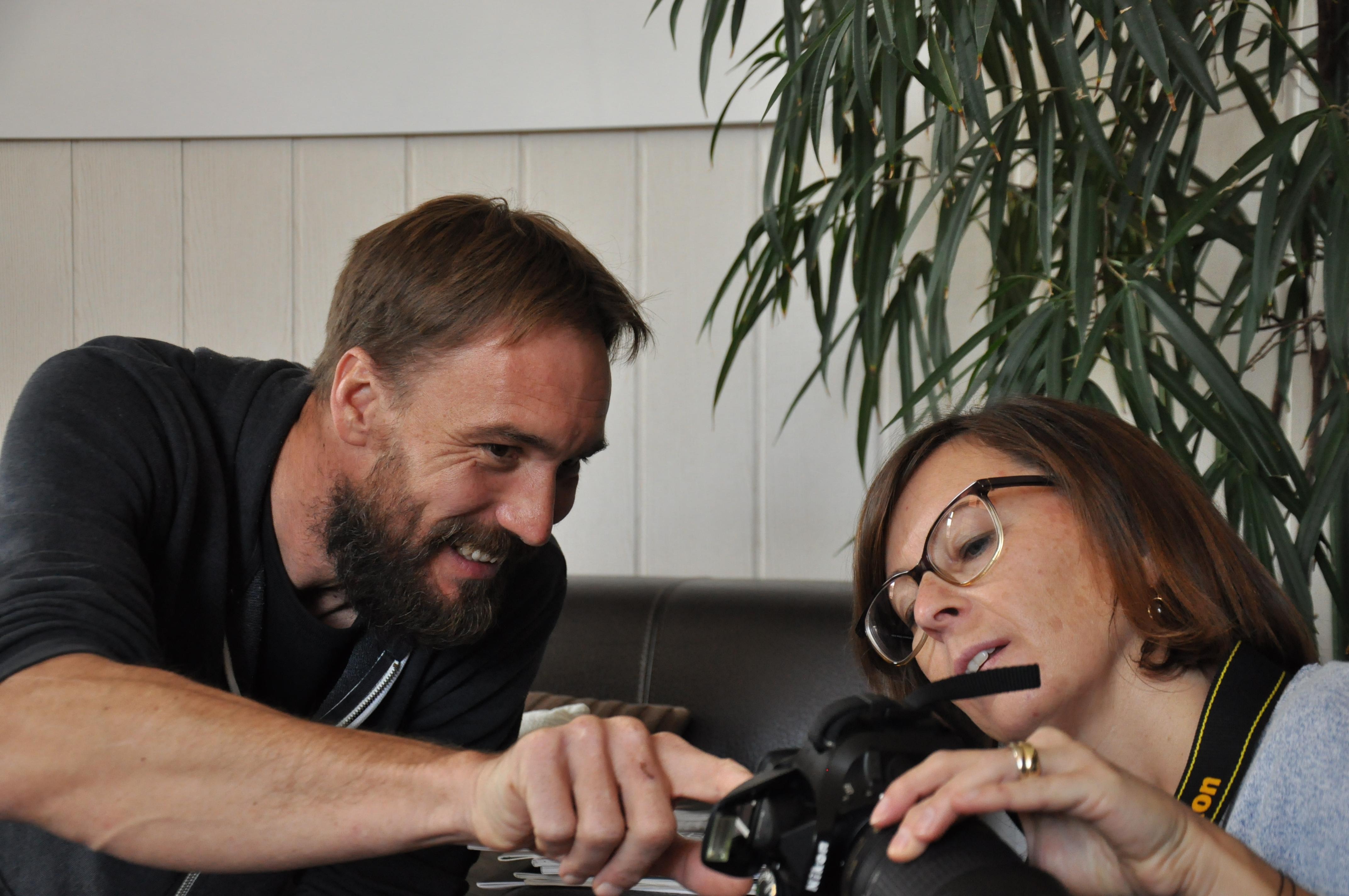 Andreas Uher instruiert Caroline.