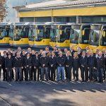 Belegschaft von Niggbus samt Flotte  62 zufriedene Mitarbeiter sorgen dafür, dass bei Niggbus mit 23 modernen Niederflurbussen jährlich rund acht Millionen Fahrgäste transportiert werden.  Copyright: Markus Gmeiner. Abdruck honorarfrei zur Berichterstattung über Niggbus. Angabe des Bildnachweises ist Voraussetzung.