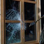 i+R Fensterbau-Sicherheitsfenster-grob beschaedigt.jpg  Die Fenster und Türen der Widerstandsklasse RC3 von i+R halten Einbruchversuchen stand und erfüllen damit höchste Sicherheitsbedürfnisse.  Copyright: Darko Todorovic. Abdruck honorarfrei zur Berichterstattung über i+R Fensterbau GmbH. Angabe des Bildnachweises ist Voraussetzung.