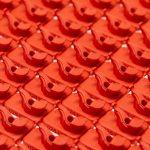 Lasersinterteile 1zu1 rot  Aus cremefarben wird bunt: Als eines der ersten Unternehmen weltweit ermöglicht das Vorarlberger High-Tech-Unternehmen 1zu1 das Einfärben von Lasersinter-Teilen in Wunschfarben.  Copyright: Inscript/Joanna Kröll. Abdruck honorarfrei zur Berichterstattung über 1zu1. Angabe des Bildnachweises ist Voraussetzung.