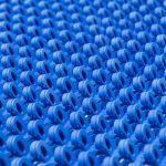 Lasersinterteile 1zu1 blau  Aus cremefarben wird bunt: Als eines der ersten Unternehmen weltweit ermöglicht das Vorarlberger High-Tech-Unternehmen 1zu1 das Einfärben von Lasersinter-Teilen in Wunschfarben.  Copyright: Inscript/Joanna Kröll. Abdruck honorarfrei zur Berichterstattung über 1zu1. Angabe des Bildnachweises ist Voraussetzung.