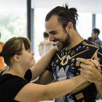 Tango-en-Punta-In-Klassen  Tango ist ein Mittel der Begegnung. Die inklusiven Tangokurse des Festivals Tango en Punta richten sich an alle Menschen und sind kostenfrei.  Copyright: Ishka Michocka. Abdruck honorarfrei zur Berichterstattung über Tango en Punta. Angabe des Bildnachweises ist Voraussetzung.