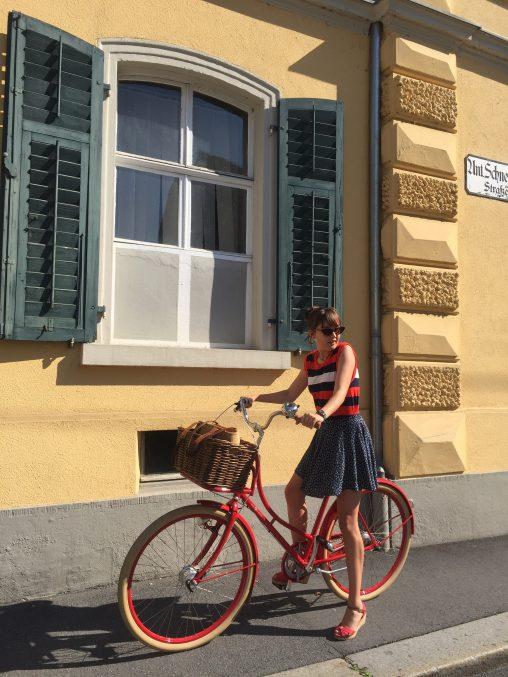 Franziska Salzmann auf ihrem roten Rad