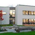 Neue Mittelschule Altach  Mit der Neuen Mittelschule hat die e5-Gemeinde Altach ein herausragendes Beispiel für Passivhaus-Bauweise geschaffen.  Copyright: Markus Gmeiner. Abdruck honorarfrei zur Berichterstattung über das e5-Programm für energieeffiziente Gemeinden. Angabe des Bildnachweises ist Voraussetzung.