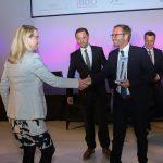 Wirtschaftsministerin gratuliert  Wirtschaftsministerin Margarete Schramböck gratuliert Richard (Mitte) und Robert Waibel (rechts) zur Auszeichnung als bestes Familienunternehmen Vorarlbergs.  Copyright: Günther Peroutka. Abdruck honorarfrei zur Berichterstattung über die Waibel GmbH. Angabe des Bildnachweises ist Voraussetzung.