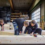 i+R-Holzbau-manuelle-Endfertigung-1  Handarbeit in der Endfertigung und Qualitätskontrolle  bei i+R Holzbau  Copyright: Petra Rainer. Abdruck honorarfrei zur Berichterstattung über i+R Holzbau GmbH. Angabe des Bildnachweises ist Voraussetzung.