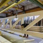 i+R-Holzbau-manuelle-Endfertigung-2  Handarbeit in der Endfertigung und Qualitätskontrolle  bei i+R Holzbau  Copyright: Petra Rainer. Abdruck honorarfrei zur Berichterstattung über i+R Holzbau GmbH. Angabe des Bildnachweises ist Voraussetzung.