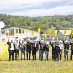 i+R-Temel-Klaus-Spatenstich2  Am Spatenstich bei der Firma Temel in Klaus nahmen teil (v.l.): Gert Wiesenegger (Vize-Bürgermeister der Gemeinde Klaus), Mario Bischof (Geschäftsführer i+R Industrie- & Gewerbebau), Martin Epp (Vertriebsleiter i+R Industrie- & Gewerbebau), Elias Eberle (Bauleiter i+R Industrie- & Gewerbebau), Bürgermeister Werner Müller (Klaus), Christian Neff (Hohenfellner Architektur), Patricia Temel (Bauherrin), Hans Hohenfellner (Hohenfellner Architektur), Brigitte Temel (Bauherrin), Ingo Temel (Bauherr), Beate Temel (Bauherrin), Fritz Forster (Raiffeisenbank), Andreas Jäger (Geschäftsbereichsleiter i+R Industrie- & Gewerbebau).  Copyright: Dietmar Mathis. Abdruck honorarfrei zur Berichterstattung über i+R Industrie- & Gewerbebau GmbH. Angabe des Bildnachweises ist Voraussetzung.
