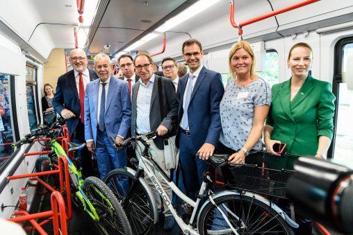 Bus Bahn Mobiltag: Radabteil