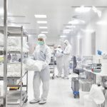 ALPLApharma: Cleanroom  Reinraumproduktion nach ISO 7 am griechischen ALPLA Standort. // Cleanroom production in accordance with ISO 7 at the ALPLA plant in Greece.  Copyright: ALPLA. Abdruck honorarfrei zur Berichterstattung über ALPLA. Angabe des Bildnachweises ist verpflichtend. // Reprinting free of charge for reporting on ALPLA. Photo credit required.