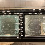 i+R Fensterbau: durchschusshemmendes Fenster  Insgesamt 42 Schüsse mit 357er- bzw. 44er-Magnum-Munition feuerte das Beschussamt Ulm auf das durchschusshemmende Holz-Alu-Fenster von i+R Fensterbau ab.  Copyright: i+R Fensterbau. Abdruck honorarfrei zur Berichterstattung über i+R Fensterbau GmbH. Angabe des Bildnachweises ist Voraussetzung.