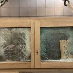 i+R Fensterbau: durchschusshemmendes Fenster  Trotz der 42 Treffer auf der Außenseite weist das durchschusshemmende Holz-Alu-Fenster von i+R Fensterbau auf der Innenseite keinerlei Beschädigung auf und wurde daher vom Beschussamt Ulm nach der Widerstandsklasse FB 4 NS zertifiziert.  Copyright: i+R Fensterbau. Abdruck honorarfrei zur Berichterstattung über i+R Fensterbau GmbH. Angabe des Bildnachweises ist Voraussetzung.