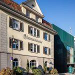 Mohrenbrauerei-Gebaeude-1  Blick auf das historische Firmengebäude der Mohrenbrauerei, dahinter die heutige Brauerei.  Copyright: Mohrenbrauerei. Der Abdruck ist honorarfrei zur Berichterstattung über die Mohrenbrauerei. Angabe des Bildnachweises ist Voraussetzung.