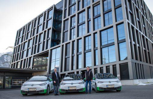 Rudi Lins (l.) und Philipp Tomaselli (r.) präsentieren die neuen VW ID3