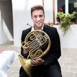 SOV-Daniel-Loipold  Daniel Loipold ist Solohornist des Bruckner Orchester Linz.  Foto: Mario Leiter. Nutzung honorarfrei zur redaktionellen Berichterstattung über das Symphonieorchester Vorarlberg. Angabe des Bildnachweises ist Voraussetzung.