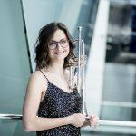 SOV-Selina-Ott  Die junge österreichische Trompeterin Selina Ott gewann 2018 als erste Frau den Internationalen Musikwettbewerb der ARD.  Foto: Nancy Horowitz. Nutzung honorarfrei zur redaktionellen Berichterstattung über das Symphonieorchester Vorarlberg. Angabe des Bildnachweises ist Voraussetzung.